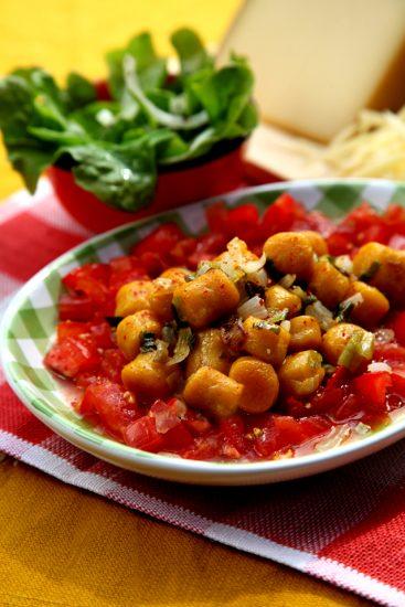 Kürbisnockerl auf Tomatengazpacho